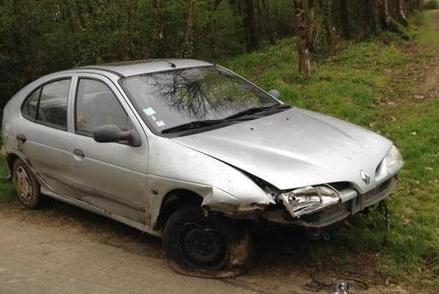 16 Voiture accidentee Renault